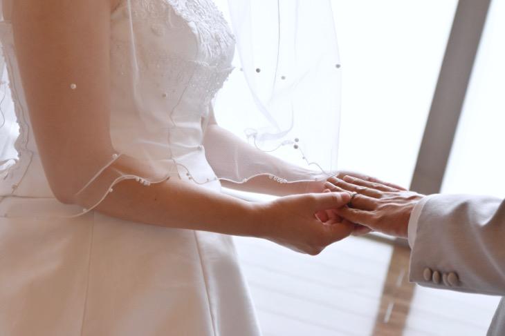 チャペルで撮るウエディングドレスでのフォトウエディング、写真だけの結婚式は全カットのデータ付きの見本写真