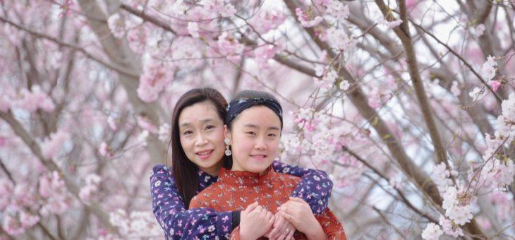 桜の下で親子で写真