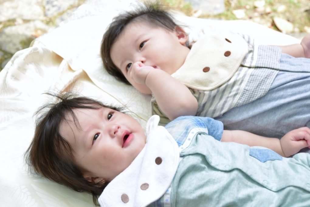 春日大社で双子の赤ちゃんのお宮参り